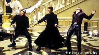 Im Film Matrix befreit Neo (dargestellt von Keanu Reeves) aus der Herrschaft Künstlicher Intelligenz (Foto: picture-alliance/dpa)