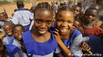 Schulkinder in Nigeria (Foto: LEHTIKUVA / Antti Aimo-Koivisto)