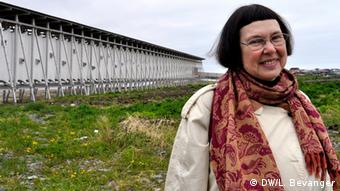 A picture of the historian Liv Helene Willumsen in front of the monument in Norway. (Photo:DW/Lars Bevanger, Korrespondent, Norway)