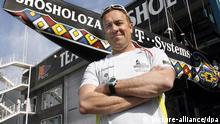 Tim Kröger, der deutsche Boat Captain der südafrikanischen Yacht Shosholoza, posiert am Mittwoch (25.04.2007) in Valencia vor seinem Schiff. Er ist für alle technischen Abläufe, die mit dem Boot zu tun haben, verantwortlich und segelt bei den Regatten als Pitman mit. Foto: Maurizio Gambarini dpa (zu dpa 0336 vom 25.04.2007) +++(c) dpa - Report+++