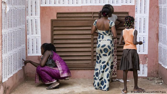 Des habitants de Ségou observent la liste électorale, le 28 juin 2013
