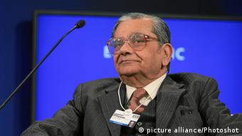 Jagdish Bhagwati, Professor, Columbia University, USA listens during the session 'Revitalizing Global Trade' at the Annual Meeting 2011 of the World Economic Forum in Davos, Switzerland, January 28, 2011. World Economic Forum (Photo: picture alliance/Photoshot)