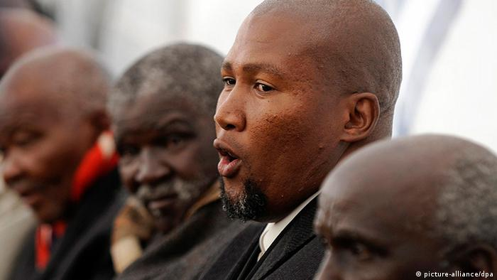 epa03746347 Mandla Mandela, grandson of Nelson Mandela, is seen at the funeral of Florence Mandela, Qunu, South Africa, 15 June 2013. Florence Mandela is a relative of former president Nelson Mandela who died aged 96. Nelson Mandela remains in a Pretoria hospital after a recurrence of a long standing lung infection. EPA/STR SOUTH AFRICA OUT +++(c) dpa - Bildfunk+++