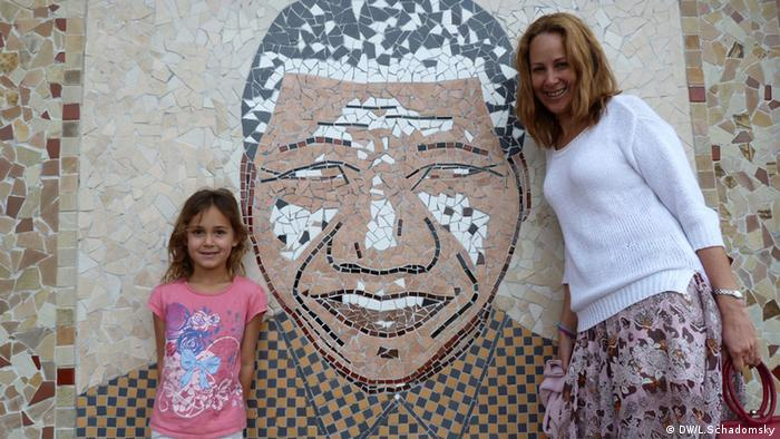 A white South African and her daughter visit the Mandela Museum Copyright: DW/Ludger Schadomsky