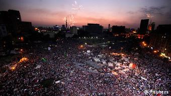Massendemonstration auf dem Tahrir-Platz in Kairo bei Nacht (Foto: Reuters/Mohamed Abd El Ghany)