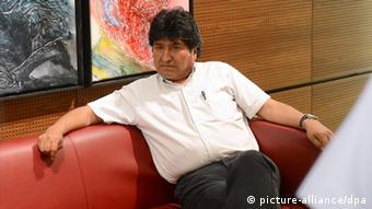 Ο τότε πρόεδρος της Βολιβίας περιμένει στην αίθουσα επισήμων του αεροδρομίου της Βιέννης την άδεια για να συνεχίσει την πτήση προς τη χώρα του