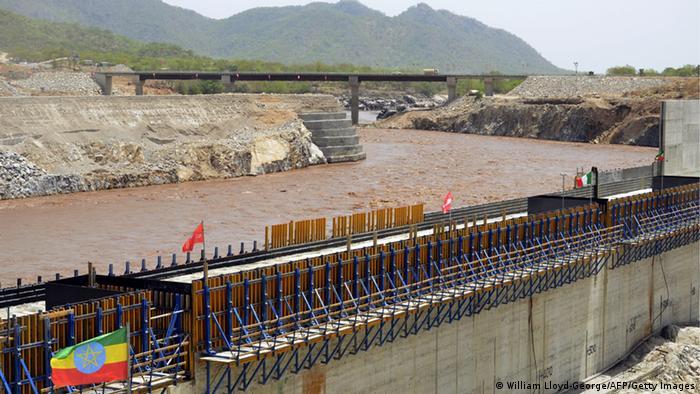 Una represa en el río.