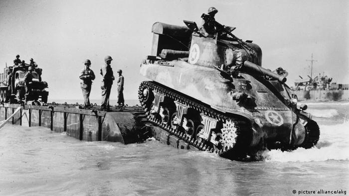 Soldados e tanque entrando em rampa para o mar