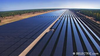Solarpark Templin in Ostdeutschland mit 128 Megawatt. Dieser Solarpark zählt zu den größten in Deutschland und der Welt (Stand 7/2013), wurde auf dem ehemals größten sowjetischen Militärflughafen Mitteleuropas errichtet und liefert Strom für 36.000 Vier-Personen-Haushalte. Der Solarpark wurde in 4 Monaten von BLECTRIC errichtet in Zusammenarbeit mit den Modulherstellern First Solar und dem Wechselrichterhersteller SMA. zugeliefert von: Gero Rueter copyright: BELECTRIC.com