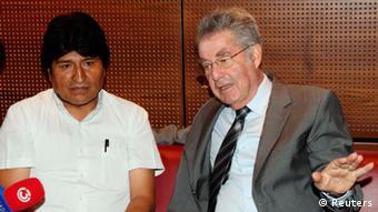 El presidente austríaco (der.) se reunió con Morales en el aeropuerto de Viena