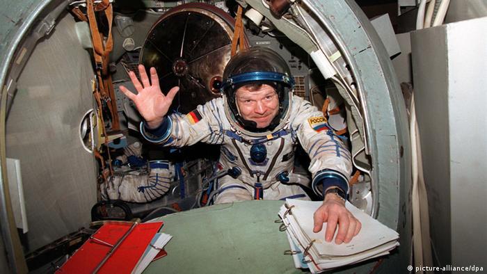 ARCHIV- Der Deutsche Reinhold Ewald winkt Pressevertretern zu, die ihn am 20.1.1997 während des Trainings für das russische Sojus-TM-25-Weltraumprojekt in Rußlands Raumfahrtzentrum Star City, 25 km von Moskau entfernt, beobachteten. Abenteuerlust darf ein Astronaut schon mitbringen, aber die allein würde als Motiv für eine so lange Marsmission nicht reichen, meint der deutsche Raumfahrer Reinhold Ewald. «Solche Leute würden schon auf dem Weg zum Mars an ihrer Entscheidung zweifeln, weil es so lange dauert», sagte er zum Weltkongress der Astronauten in Köln (1.-5. Juli) im Gespräch mit der Nachrichtenagentur dpa. Foto: Mashatin/dpa (zu dpa-Gespräch vom 01.07.2013) +++(c) dpa - Bildfunk+++