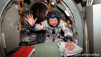 Der Deutsche Reinhold Ewald winkt Pressevertretern zu, die ihn am 20.1.1997 während des Trainings für das russische Sojus-TM-25-Weltraumprojekt in Rußlands Raumfahrtzentrum Star City, 25 km von Moskau entfernt, beobachteten (Foto: Mashatin/dpa)