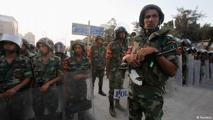Army soldiers stand guard in front of protesters (Photo: REUTERS/Amr Abdallah Dalsh)