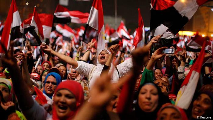 2013'te Mursi karşıtları, Sisi'nin iktidara el koyuşunu kutluyor. (Fotoğraf: Arşiv)