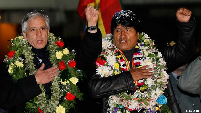 Bolivia's President Evo Morales (R) and Vice President Alvaro Garcia Linera sing the national anthem after Morales' arrival at the El Alto airport on the outskirts of La Paz, July 3, 2013. Latin American leaders slammed European governments on Wednesday for diverting Bolivian President Evo Morales' plane on rumors it was carrying a wanted former U.S. spy agency contractor, and announced an emergency summit in a new diplomatic twist to the Edward Snowden saga. REUTERS/David Mercado (BOLIVIA - Tags: POLITICS TPX IMAGES OF THE DAY)
