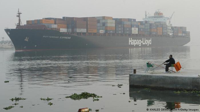 Suezkanal in Ägypten Containerschiff