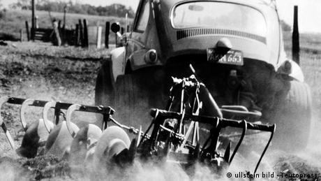 Deutschland Auto VW Käfer mit Pflug 1950 (ullstein bild - Teutopress)