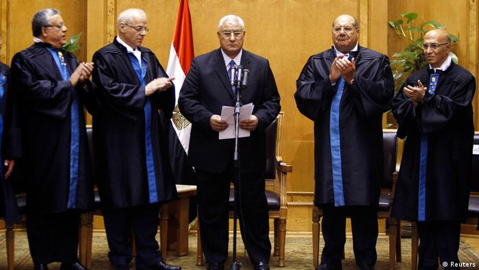 Adli Mansour (C), Egypt's chief justice and head of the Supreme Constitutional Court, is applauded by other judges after his swearing in ceremony as the nation's interim president in Cairo July 4, 2013, a day after the army ousted Mohamed Mursi as head of state. REUTERS/Amr Abdallah Dalsh (EGYPT - Tags: POLITICS CIVIL UNREST MILITARY)