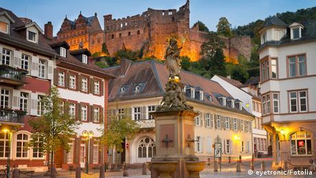 Heidelberger Kornmarkt mit Burgruine im Hintergrund