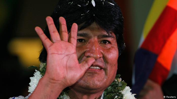 Bolivia's President Evo Morales waves to the crowd during a meeting with Bolivian social organizations in Cochabamba July 4, 2013.REUTERS/David Mercado