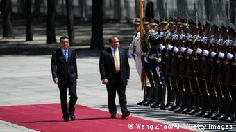 Pakistani Prime Minister Nawaz Sharif (R) and Chinese Premier Li Keqiang (L) inspect Chinese honour guards during a welcoming ceremony outside the Great Hall of the People in Beijing on July 5,2013