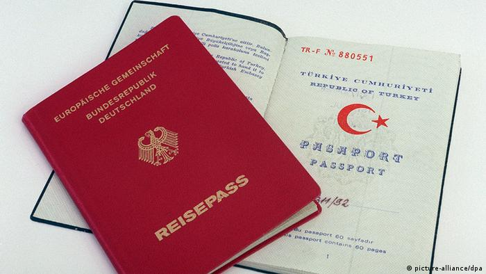 Ein deutscher und ein türkischer Paß