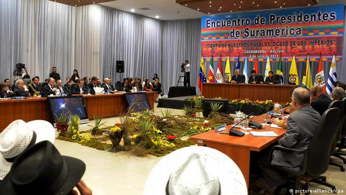 A general view during a Union of South American Nations' (Unasur) urgent meeting held to analyse the crisis with the European after Evo Morale's presidential plane was rerouted amid suspicions that NSA leaker Edward Snowden was on board, in Cochabamba, Bolivia, 05 July 2013. Presidents and representatives of Unasur governments taking part in the meeting agreed ask Spains, France, Italy, and Portugal for public apologies after this insolite, unfriendly and agressive act. President Morales also warned that his country could close the US Embassy after the diplomatic incident. EFE/Jorge Abrego pixel Überschrift PRESIDENTS MEMBERS OF... Personen Kontinent - Land Bolivien Provinz - Ort Cochabamba Aufnahmedatum 20130705 pixel Rechtliche Daten Bildrechte Verwendung nur in Deutschland Besondere Hinweise - Rechtevermerk picture alliance / dpa Notiz zur Verwendung