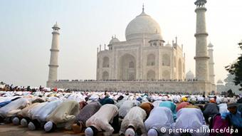 Muslims pray outside the Taj Mahal Agra (Photo: +++(c) dpa - Bildfunk+++)