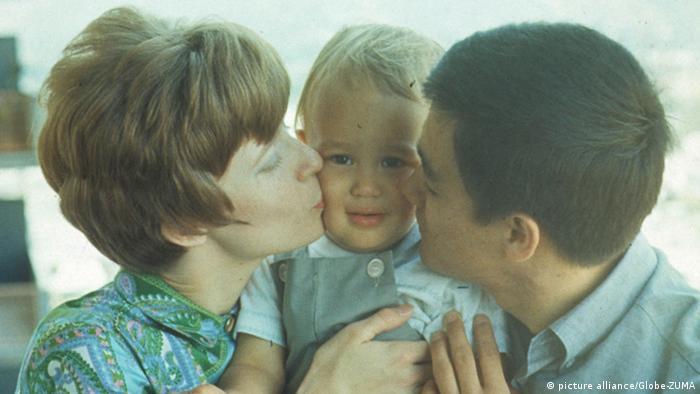 عکسی خانوادگی از بروس لی در کنار همسرش لیندا و پسرش براندون که بعدها مانند پدر به مرگی زودهنگام و تراژیک درگذشت.