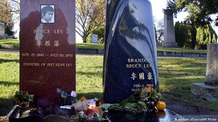 تصویری از آرامگاه بروس لی. در کنار او پسرش براندون نیز در خاک خفته است.