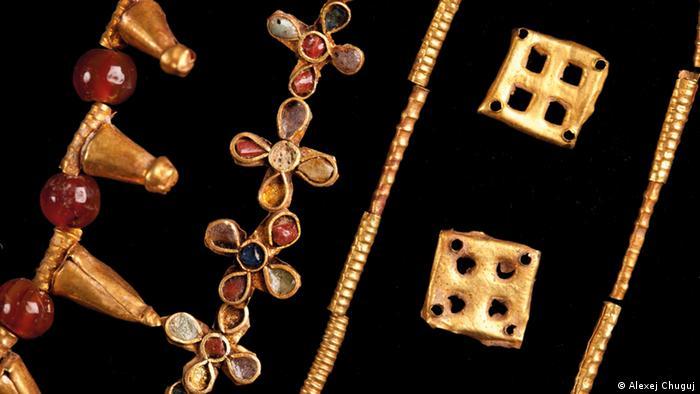 Бусы из золота, карнеола и стекла. I век н.э.