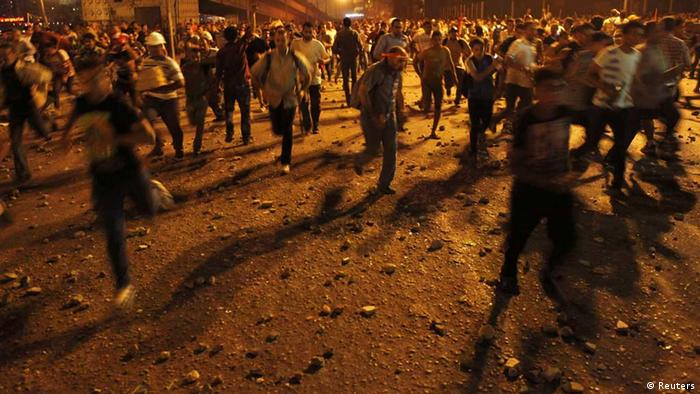 Anti-Mursi protesters run during clashes with members of the Muslim Brotherhood and supporters of ousted Egyptian President Mohamed Mursi near Maspero, Egypt's state TV and radio station, near Tahrir square in Cairo July 5, 2013. Islamist allies of ousted president Mursi called on people to protest on Friday to express outrage at his overthrow by the army and to reject a planned interim government backed by their liberal opponents. REUTERS/Amr Abdallah Dalsh (EGYPT - Tags: POLITICS CIVIL UNREST)