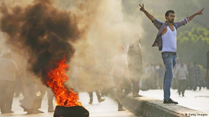 Proteste von Mursi-Anhängern in Ägypten nach Sturz des Präsidenten: Ein Mann steht neben einem brennenden Autoreifen (Foto: Getty Images)