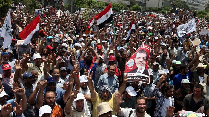 Supporters of ousted Egyptian President Mohamed Morsi gather as they protest near the headquarters of the Republican Guard, in Cairo (Photo: EPA/KHALED ELFIQI)