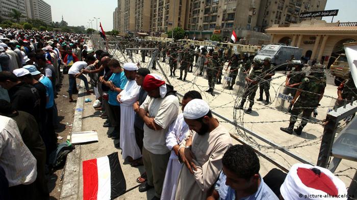 Ägypten Muslimbrüder und das Militär stehen sich gegenüber (Foto: EPA)