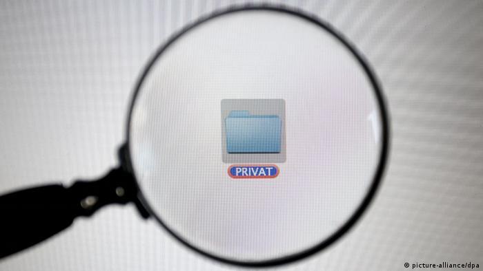 ILLUSTRATION - Ein mit PRIVAT gekennzeichneter Ordner auf dem Bildschirm eines Computers in Kaufbeuren (Bayern), aufgenommen am 01.07.2013 durch eine Lupe. Foto: Karl-Josef Hildenbrand/dpa +++(c) dpa - Bildfunk+++