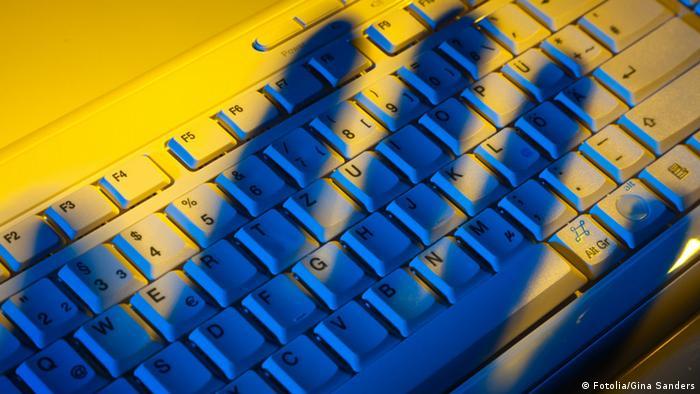 #32043014 - Tastatur und Schatten. Datendiebstahl. © Gina Sanders