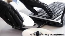 Bildnummer: 51936137 Datum: 12.06.2007 Copyright: imago/mm images/peoplestock Datenraub - Hände in schwarzen Lederhandschuhen legen eine CD ins Laufwerk eines Laptops ein, Körperteile; 2007, Symbolfoto, model released, Hand, Hände, CDs, DVD, DVDs, CD-ROM, Laptop, Notebook, Laptops, Notebooks, PC, Computer, Datenträger, Sicherung, Sicherheitskopie, Sicherheitskopien, kopieren, Raubkopie, Raubkopien, Speichermedium, Speichermedien, Rohling, Rohlinge, brennen, Laufwerke, Datenschutz, Datenklau, Datenraub, Hackerangriff, Hacker, Industriespionage, Spion, Spione, Spionage, Dieb, Diebe, Diebstahl, Internet, www, world wide web, Handschuhe; , quer, Kbdig, Einzelbild, Deutschland, Kriminalität, Gesellschaft, ,