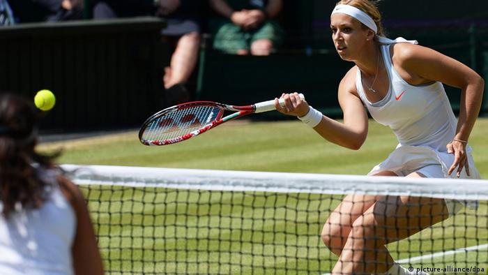 Sabine Lisicki of Germany returns to Marion Bartoli of France (Photo: EPA/ANDY RAIN)
