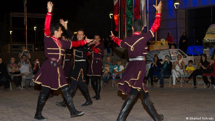 اجرای رقص محلی در جزیره کیش، ایران