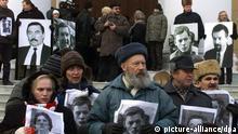 Aktivisten der Opposition in Weißrussland demonstrieren am 10.12.2002 in Minsk gegen die Regierung. In ihren Händen halten sie Fotos von vermissten Personen, meist Oppositionelle, die während der Regentschaft von Präsident Lukaschenko verschwunden sind. Die Demonstranten fordern Untersuchungen von offizieller Seite zur Aufklärung der Fälle.