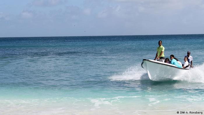 Nature Seychelles staff transport visitors to Cousin island (Photo: DW/ A. Rönsberg)