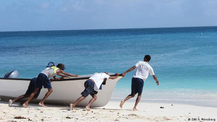 Staff and volunteers of the NGO Nature Seychelles set out to pick up visitors to Cousin (photo: DW/ A. Rönsberg)