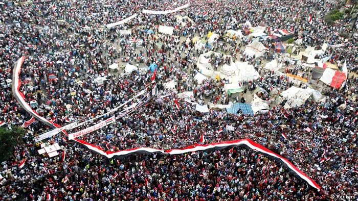 Protesters who are against deposed Egyptian President Mohamed Mursi shout solgans as they hold Egypt flags at Tahrir square in Cairo July 7, 2013. REUTERS/Amr Abdallah Dalsh (EGYPT - Tags: POLITICS CIVIL UNREST TPX IMAGES OF THE DAY)