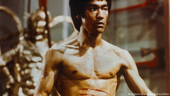 BRUCE LEE (Geboren als Li Jun-fan chin am 27. November 1940 in San Francisco; Starb am 20. Juli 1973 in Hongkong), amerikanischer Schauspieler und Meister des Kampfsports. Er gilt als Ikone des Martial-Arts-Films und größter Kampfkünstler des 20. Jahrhunderts. Photo: Bruce Lee in Enter the Dragon, 1973. Bruce Lee (1940 - 1973), born in San Francisco and raised in Hong Kong, was a martial artist and martial arts actor widely regarded as the most influential martial artist of the 20th century. He was the father of deceased actor Brandon Lee and of actress Shannon Lee.