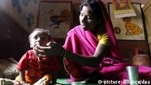 epa02930633 A photograph made available on 23 September 2011 showing a mother feeding her malnourished child in the nutrition rehabilitation centre at Khalwa village, district Khandwa, 350 kilometers away from state capital Bhopal, Madhya Pradesh, India, on 22 September 2011. Reports state that the Khandwa district, a tribal dominated area, in which more than 7500 children in 100 villages suffering from acute malnutrition. As per the National Family Health Survey-3 more than 62.7 per cent of the children in the state are suffering from malnutrition. EPA/SANJEEV GUPTA FREI FÜR SOCIAL MEDIA