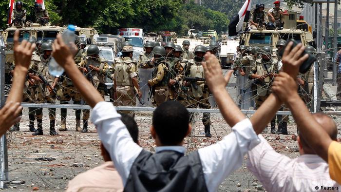 Anhänger der Muslimbrüder demonstrieren gegen die Absetzung ihres Präsidenten Mohammed Mursi - im Hintergrund das Militär (Foto: Reuters)
