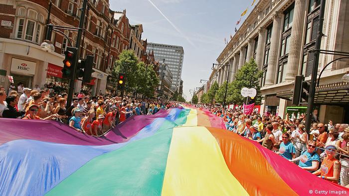 Die euro-Pride-Parade in der Oxford Street in London, England. Tausende Menschen säumen den Weg der Parade und halten eine Regenbogenflagge, die sich über die komplette Straße erstreckt. (Foto: Scott Barbour/Getty Images)