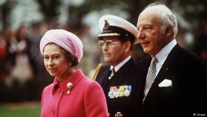 Yıl 1978. Scheel, Kraliçe 2'nci Elizabeth'i cumhurbaşkanı olarak karşılıyor