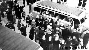 Patienten der Diakonissenanstalt Bruckberg (Landkreis Ansbach) wurden während der NS-Zeit in staatliche Heilanstalten und von dort aus in Tötungsanstalten transportiert. Die Verstrickung der bayerischen Heil- und Pflegeanstalten in das Euthanasie-Programm der Nazis ist jetzt erstmals umfassend aufgearbeitet: Zwischen 1940 und 1945 starben 44 Prozent aller Patienten. Mindestens 7686 wurden in Tötungsanstalten ausserhalb Bayerns verfrachtet und vergast. Weitere 15284 psychisch Kranke und geistig Behinderte gingen an den elenden Lebensbedingungen, an systemmatischem Nahrungsmittelentzug und an Todesspritzen zugrunde. Diese Bilanz des Grauens zieht ein Buch, das unter dem Titel Psychiatrie im Nationalsozialismus - die Bayerischen Heil- und Pflegeanstalten zwischen 1933 und 1945 jetzt im Münchner Oldenbourg-Verlag erschienen ist. Die evangelische Kirche hatte bereits in den 80er Jahren begonnen, diese Vorgänge in kirchlichen Anstalten offenzulegen.